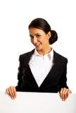 Geschäftsfrau, die weiße Fahne hält Stockbild