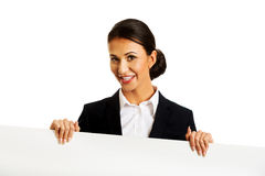 Geschäftsfrau, die weiße Fahne hält Lizenzfreie Stockfotos