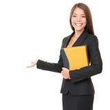 Geschäftsfrau, die weißen Exemplarplatz zeigt Stockfotografie
