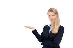 Geschäftsfrau, die weißen Kopienraum zeigt Lizenzfreie Stockfotos