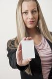 Geschäftsfrau, die weißes unbelegtes Zeichen anhält Stockbild