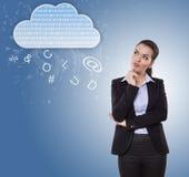 Geschäftsfrau, die an Wolkenangebote denkt Stockfoto
