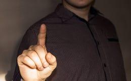 Geschäftsfrau, die Zeigefinger, ein Zeichen der Aufmerksamkeit hochhält lizenzfreie stockbilder