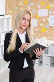 Geschäftsfrau, die Zeitschrift durchläuft Lizenzfreies Stockfoto