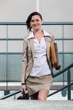 Geschäftsfrau, die zu Arbeit kommt stockbilder