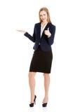 Geschäftsfrau, die zu einem Büro einlädt Lizenzfreie Stockfotos