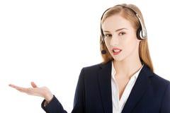 Geschäftsfrau, die zu einem Büro einlädt Lizenzfreies Stockfoto