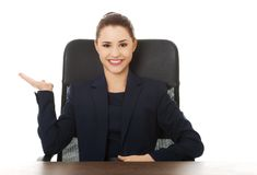 Geschäftsfrau, die zu einem Büro einlädt Lizenzfreies Stockbild