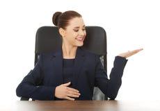 Geschäftsfrau, die zu einem Büro einlädt Stockbilder
