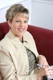 Geschäftsfrau, die zu Hause an Couch arbeitet lizenzfreie stockfotos