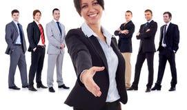 Geschäftsfrau, die zu ihrem Team begrüßt Stockbilder