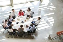 Geschäftsfrau, die zu Teambesprechung, erhöhter Ansicht spricht stockfotos