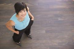 Geschäftsfrau, die zuhause lächelnd steht Lizenzfreies Stockfoto