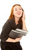 Geschäftsfrau, die zum Telefon lacht und benennt Stockbild