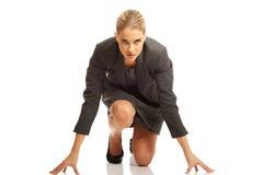 Geschäftsfrau, die zum Wettbewerb fertig wird stockbilder