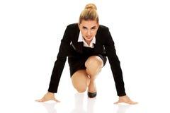 Geschäftsfrau, die zum Wettbewerb fertig wird lizenzfreie stockbilder