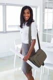 Geschäftsfrau, die zur Kamera glücklich und gelächelt worden sein würden Stockfotos