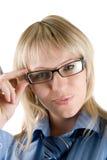 Geschäftsfrau, die zur Kamera schaut Lizenzfreie Stockbilder