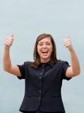 Geschäftsfrau, die zwei Daumen aufgibt Lizenzfreie Stockfotos