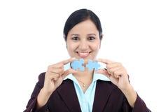 Geschäftsfrau, die zwei Puzzlestücken sich anschließt Stockbild