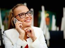 Geschäftsfrau draußen auf einer Mittagspause Stockbild