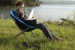 Geschäftsfrau draußen durch Lake Lizenzfreie Stockfotos