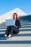 Geschäftsfrau draußen mit Laptop Lizenzfreies Stockfoto