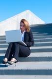 Geschäftsfrau draußen mit Laptop Lizenzfreies Stockbild