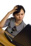 Geschäftsfrau-Druck unter Verwendung des Laptops am Schreibtisch Lizenzfreie Stockfotos