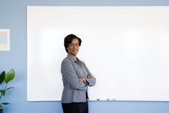 Geschäftsfrau durch whiteboard Lizenzfreie Stockfotos