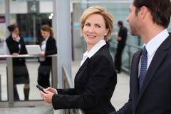 Geschäftsfrau an einem Flughafen Lizenzfreie Stockbilder