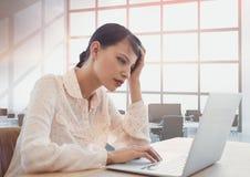 Geschäftsfrau an einem Schreibtisch unter Verwendung eines Computers Stockfoto