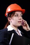 Geschäftsfrau in einem Sturzhelm lizenzfreie stockfotografie