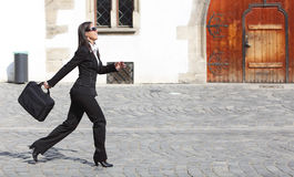 Geschäftsfrau in einer Hast lizenzfreies stockfoto