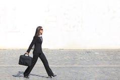 Geschäftsfrau in einer Hast lizenzfreie stockfotografie
