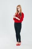 Geschäftsfrau in einer roten Bluse Lizenzfreies Stockfoto
