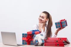 Geschäftsfrau in einer weißen Bluse sitzt auf einem weißen Hintergrund an a Stockfotografie
