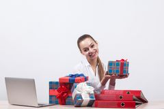 Geschäftsfrau in einer weißen Bluse sitzt auf einem weißen Hintergrund an a Lizenzfreie Stockfotos