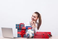 Geschäftsfrau in einer weißen Bluse sitzt auf einem weißen Hintergrund an a Stockbild