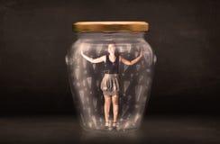 Geschäftsfrau eingeschlossen im Glas mit Ausrufezeichenkonzept Lizenzfreie Stockfotografie