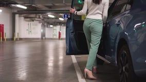 Geschäftsfrau erhalten in einem Auto stock video footage