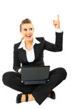 Geschäftsfrau erhielt Idee beim Sitzen mit Laptop Stockbild