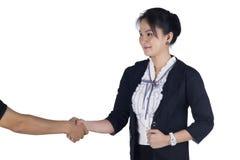 Geschäftsfrau-Erschütterungshand mit ihrem Kunden Lizenzfreie Stockfotos