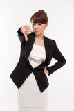 Geschäftsfrau-Erscheinendaumen, der unten zeigt Stockfotografie