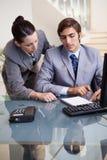 Geschäftsfrau-Förderung ihr neuer Kollege lizenzfreies stockbild