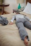 Geschäftsfrau fallen unten von der Abführung im Raum stockfotos