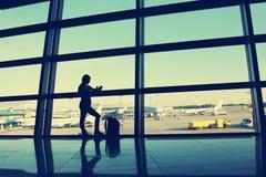 Geschäftsfrau am Flughafen stockfotografie
