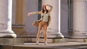 Geschäftsfrau Funky Dancing nahe historischem Palast stock footage