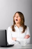 Geschäftsfrau gähnt lizenzfreie stockfotografie