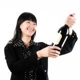 Geschäftsfrau geöffnete Champagne zum zu feiern Stockbild